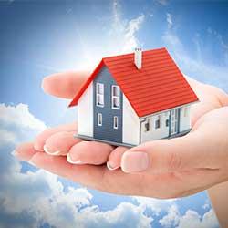Hände tragen ein Haus